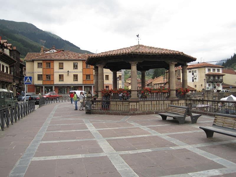 800px plaza capitc3a1n palacios potes rodelar - Potes: la villa de los puentes (Cantabria)
