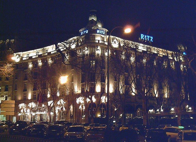 iluminación nocturna del lujoso hotel madrileño.