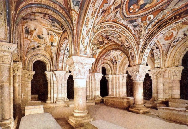Panteón de San Isidoro con sus espléndidas pinturas sobre las bóvedas./Amandajm