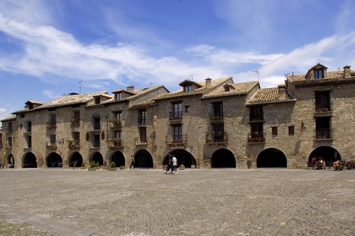 Aínsa: frontera del mundo árabe y cristiano (Huesca)