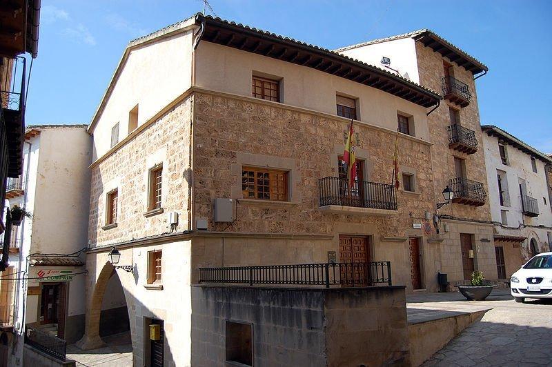 Fachada de la casa de la vila en Beceite