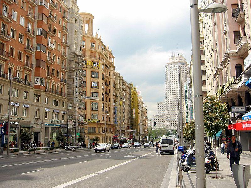 Gran Vía de Madrid con la plaza de españa al fondo.