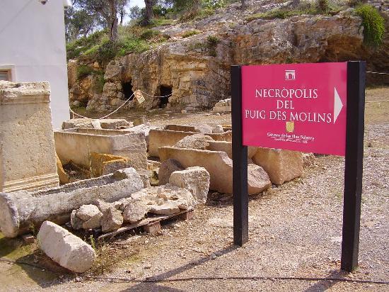 Entrada a la necrópolis fenicia y cartaginesa de Puig des Molins en Ibiza.