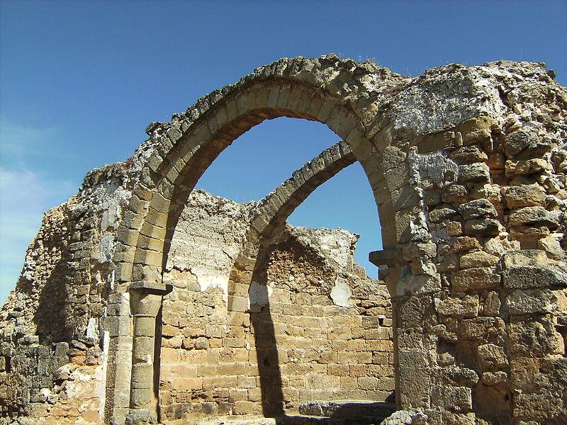 arco y ruinas de la basílica de la antigua ciudad de recópolis