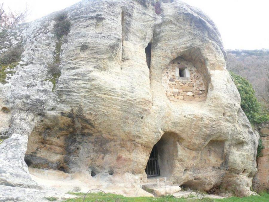 iglesia horadada en roca del termino de arroyuelos en cantabria