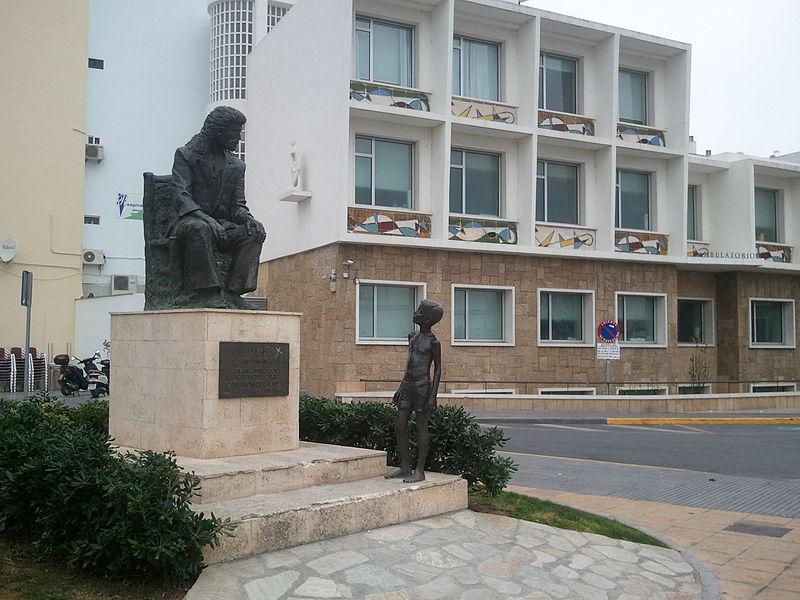estatua dedicada al cantaor camarón de la isla