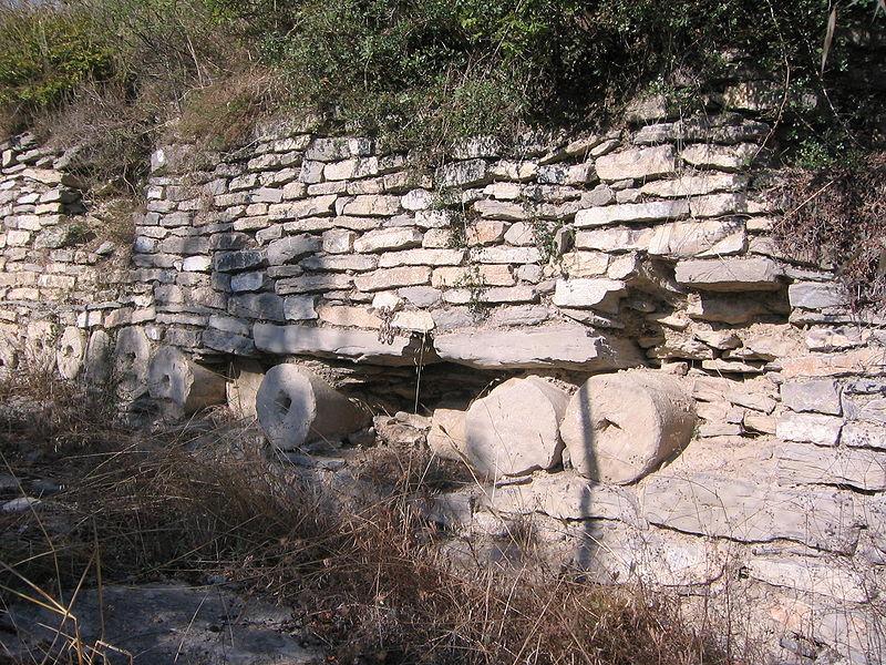 iruc3b1a veleia muralla detalle columnas - Iruña-Veleia: ¿el origen del euskera? (Álava)