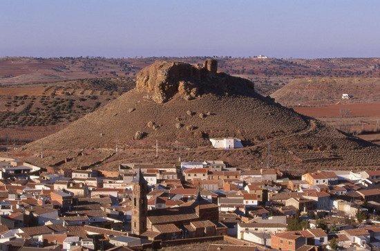 panoramica localidad montiel y castillo estrella