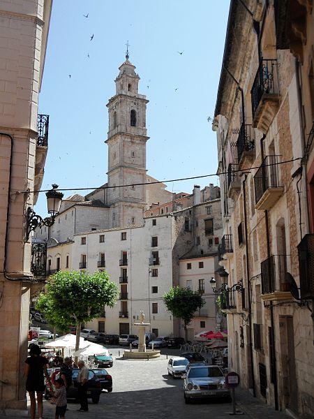 vista del ayuntamiento y la plaza del mismo nombre de Bocairente.