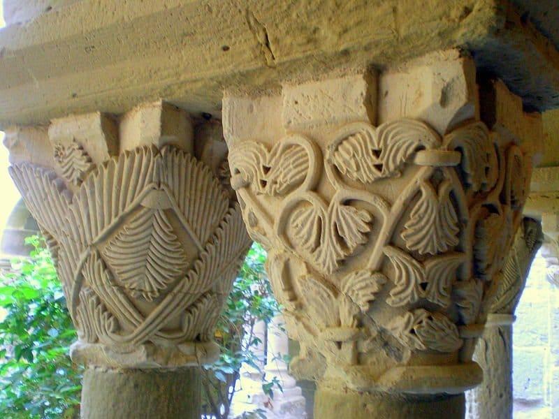 decoración de los capiteles del claustro de sant benet des bages