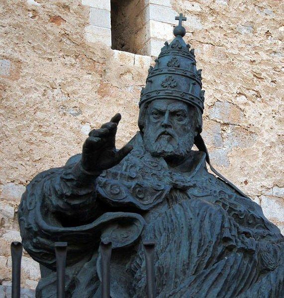 estatua dedicada al español Papa Luna en el castillo de peñíscola