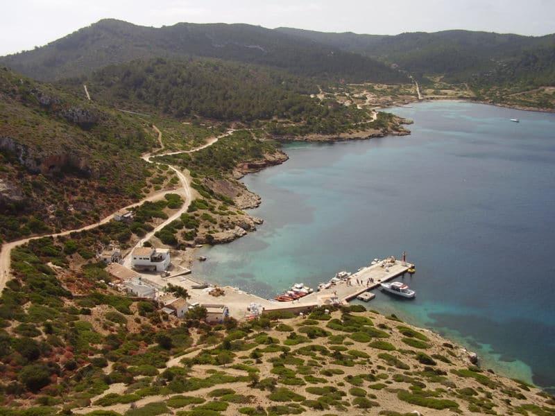 Embarcadero en el puerto de la isla de Cabrera.