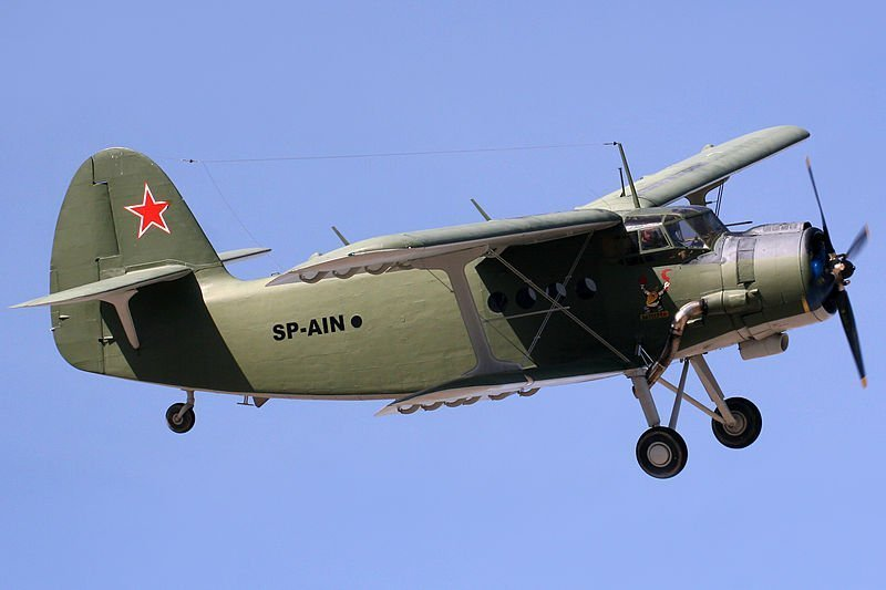 Avión Antonov sobrevolando el aeródromo de Cuatro Vientos.