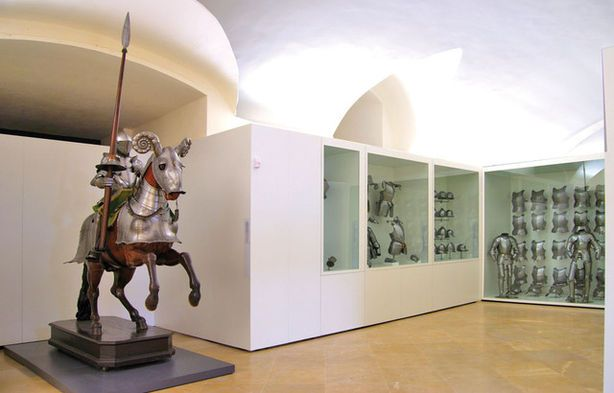 Armadura y sala expositiva del Museo del Ejército