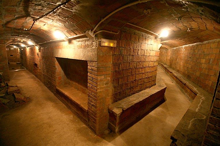 Galerías interiores del refugio situado bajo la plaza del diamante de barcelona
