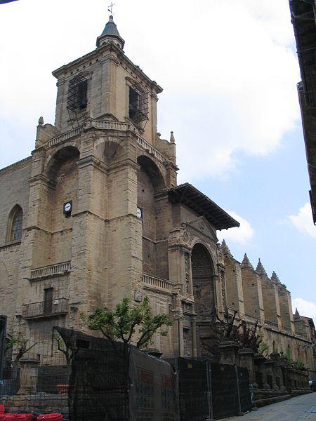 vista lateral de la iglesia de santa maría en viana