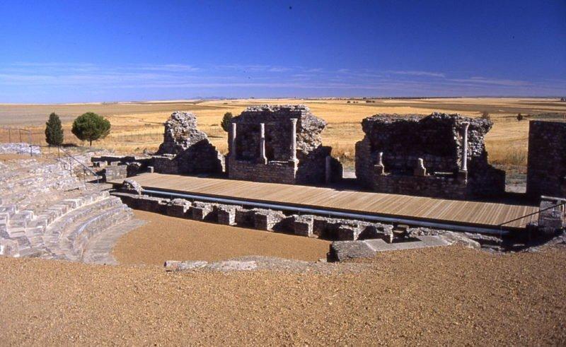 Campamentos y teatro romano en Casas de Reina (Badajoz)