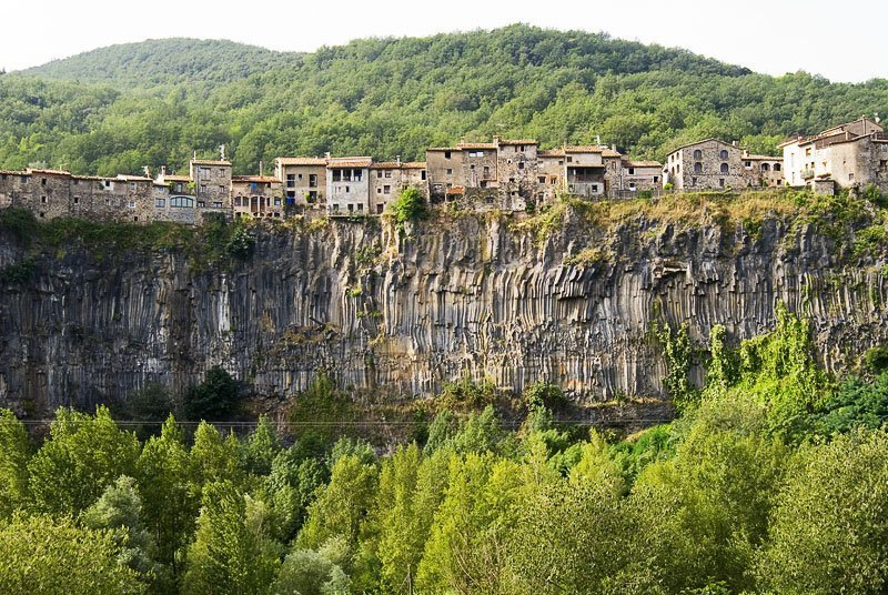Castellfollit de la Roca, el pueblo que asoma al acantilado (Gerona)