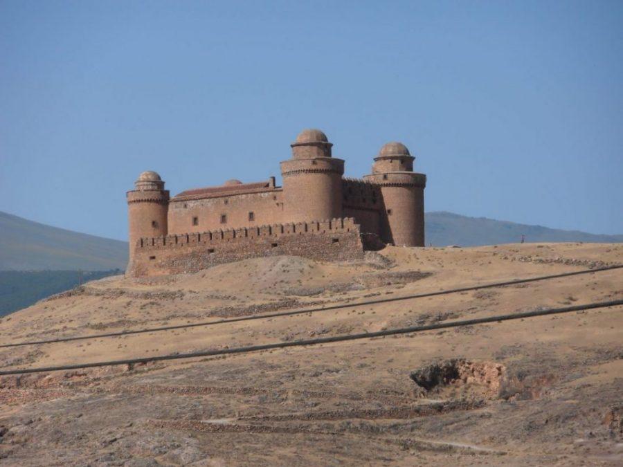 Cuatro cúpulas rematan las torres de la fortaleza.