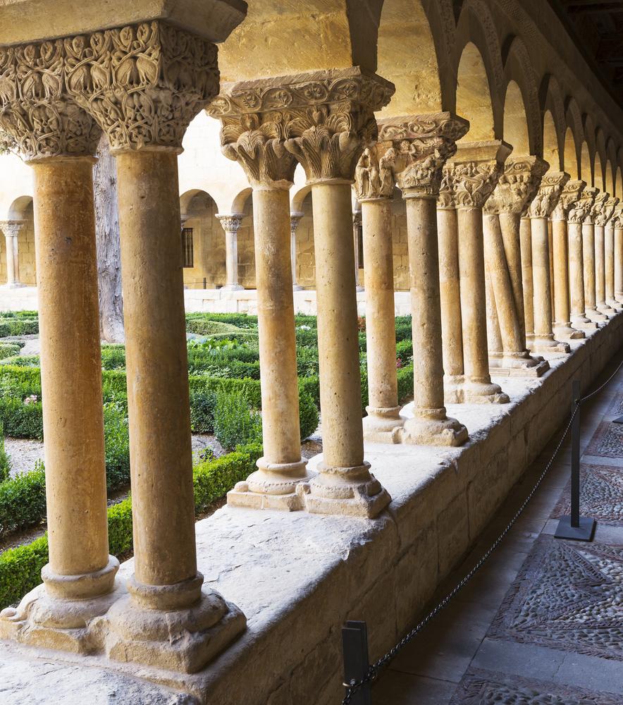 Monasterio de Silos: excelsos capiteles, centro de peregrinos y botica de alquimia