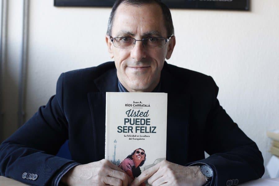 """Juan A. Ríos Carratalá: """"La sociedad fue cómplice en parte de la felicidad que trató de imponer el franquismo"""""""